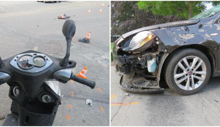 FOTO: Postarší řidič skútru nedal přednost autu. Při převozu do nemocnice zemřel