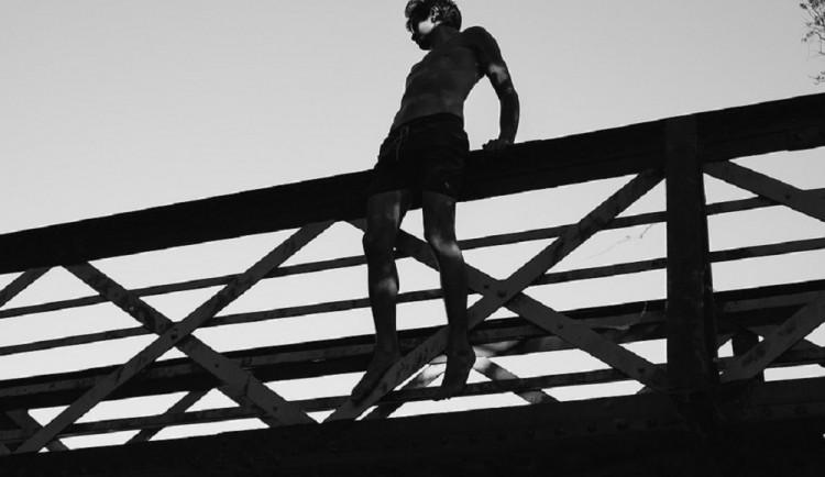 Muž se chtěl zabít skokem z balkonu nemocničního pokoje. Policista ho strhl zpátky