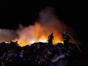 FOTO&VIDEO: Hasiči od úterý bojují s mohutným požárem skládky na Vyškovsku