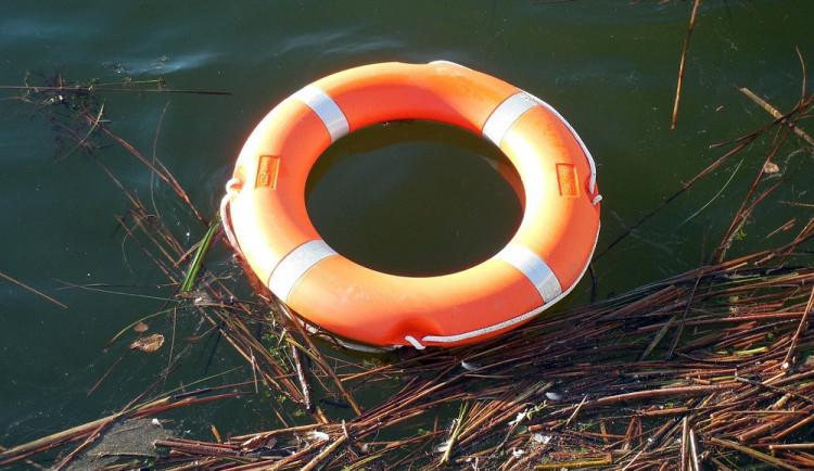 Žena našla na břehu rybníka utonulého člověka