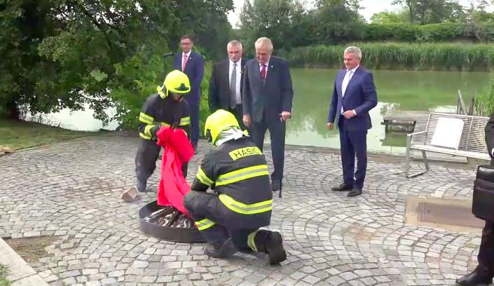 Prezident Zeman svolal tiskový brífink, aby mohl veřejně spálit velké červené trenýrky