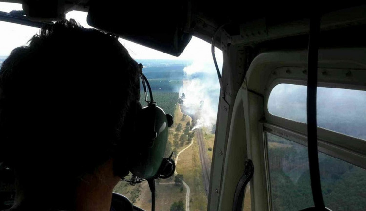 FOTO: Hasiči ve čtvrtek bojovali s rozsáhlým požárem u Bzence. Vyhlásili nejvyšší stupeň poplachu