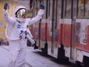 VIDEO: Do centra Brna spadnul astronaut