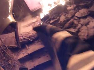 VIDEO: V Bystrci o víkendu hořela část rodinného domu. Dva lidé se zranili
