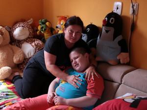 Matka sama pečuje o syna s autismem. Nyní jim hrozí, že přijdou o střechu nad hlavou
