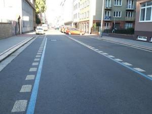 Zvykejme si na modré pruhy. V ulicích Brna začala příprava na rezidentní parkování