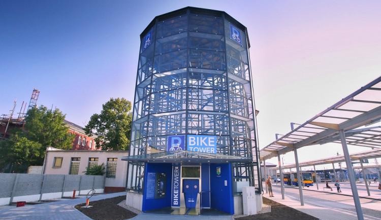 FOTO: Na nádraží v Břeclavi vyrostla parkovací věž pro 120 jízdních kol