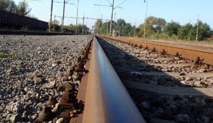 Namol opilá žena šla po kolejích. Policisté ji doběhli a zachránili život těsně před projíždějícím vlakem