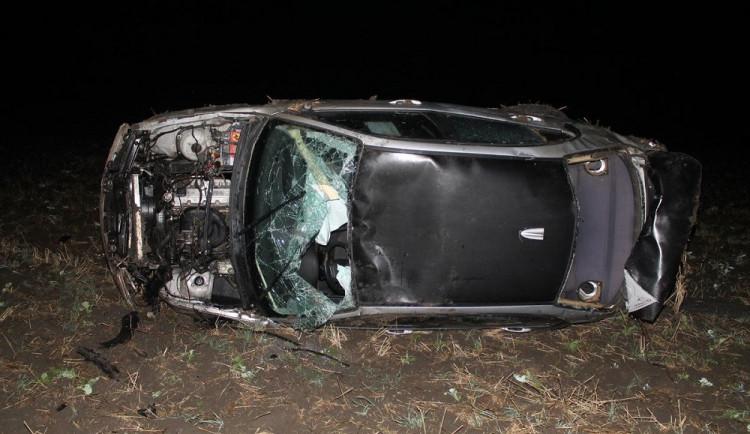 FOTO: Řidičák má teprve rok. Mladík nezvládl jízdu bavorákem a poslal auto do příkopu