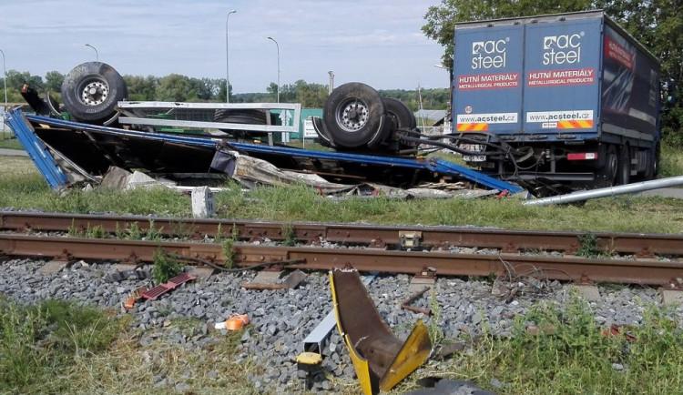 FOTO: Na přejezdu se srazil vlak s kamionem