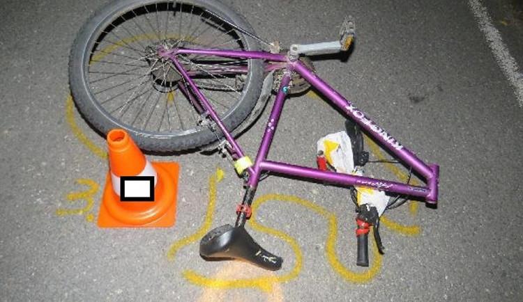 Tatrovka srazila na kruháči cyklistku, žena na místě zemřela