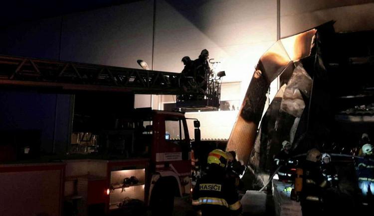 Deset hasičských jednotek bojovalo s požárem haly v Blansku. Škody jdou do desítek milionů