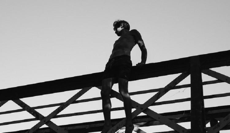 Opilý muž sletěl v Břeclavi ze šestimetrového železničního mostu, vyvázl jen s modřinami
