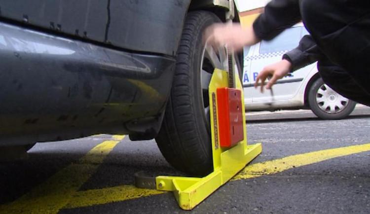 Znojemští strážníci od pondělí přestanou dávat botičky na auta. Zachovají jen pokuty