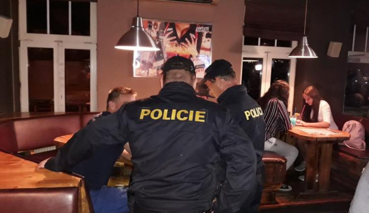 Policisté vyrazili do barů zkontrolovat nezletilé. Dvě slečny nadýchaly přes promile