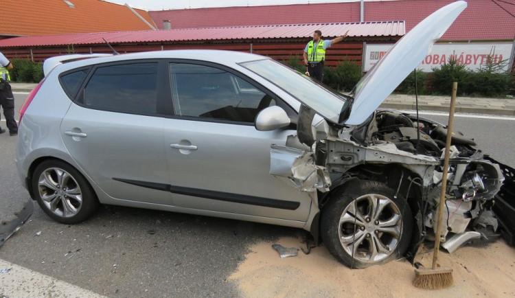 FOTO: Řidička zničehonic vjela do protisměru a srazila se s jiným autem