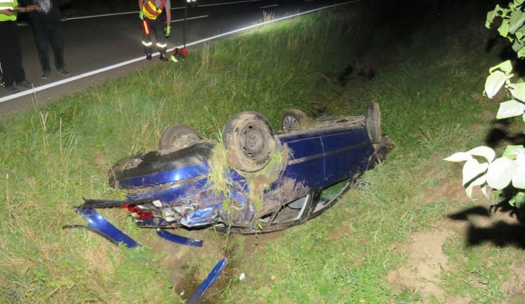FOTO: Osmnáctiletý řidič nezvládl řízení a poslal auto do příkopu