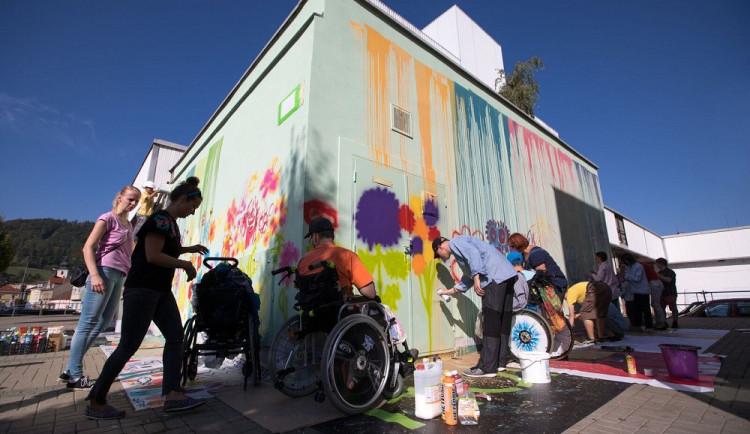 FOTO: Děti ze speciální školy proměnily s pomocí výtvarníků nudnou fasádu v rozkvetlou louku