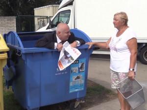 VIDEO: Kandidát na brněnského primátora oslovuje voliče z popelnice. Video je hitem internetu