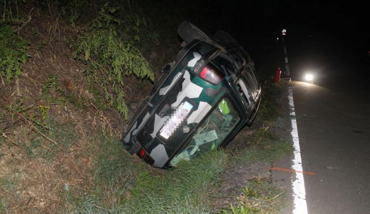 FOTO: Opilý mladík nezvládl rychlost a poslal svého maskáčového Golfa do příkopu
