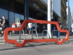 V centru Brna se objevily mobilní stojany na kola. Mají tvar auta a do jednoho se vejde deset kol