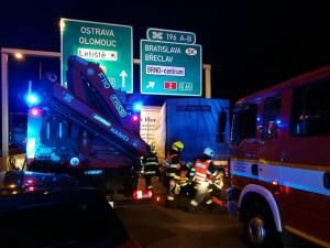 Večerní bouračka čtyř kamionů a osobáku zastavila dálnici D1 u Brna. Dva lidé skončili v nemocnici