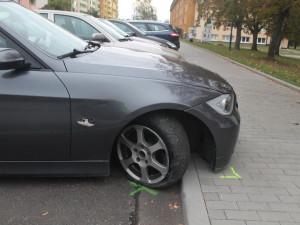 FOTO: Řidič bavoráku naboural a za volantem usnul, policistům se po probuzení snažil utéct