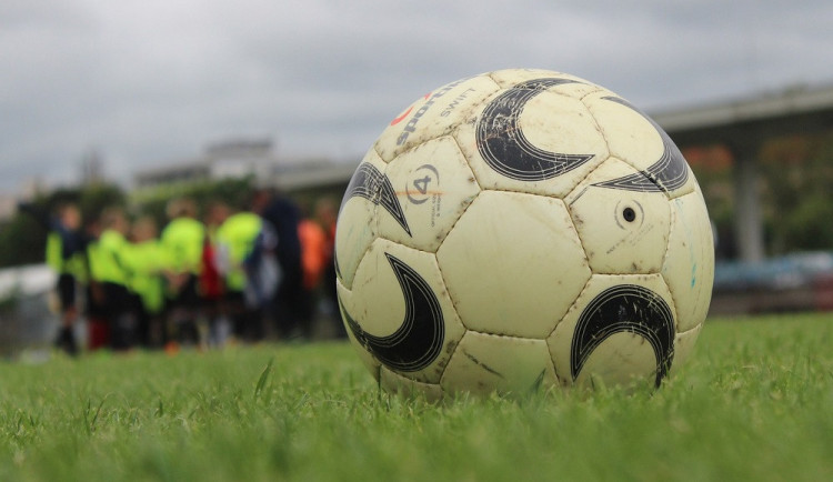Zloděj se vloupal do kabin fotbalového klubu v Milovicích. Ukradl lahve tvrdého a sudy piva