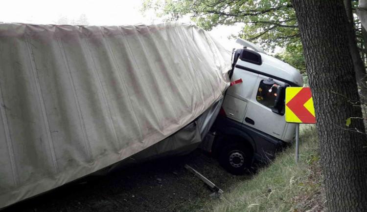 FOTO: U Černé hory se na frekventované silnici zaklínil kamion, hasiči ho vytahovali 16 hodin