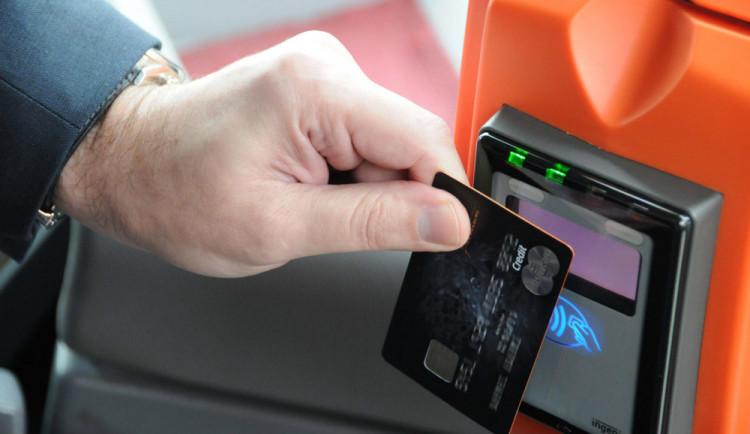 Muž ztratil v obchodě bezkontaktní kartu. Než to zjistil, někdo zvládl udělat 22 nákupů za 10 tisíc