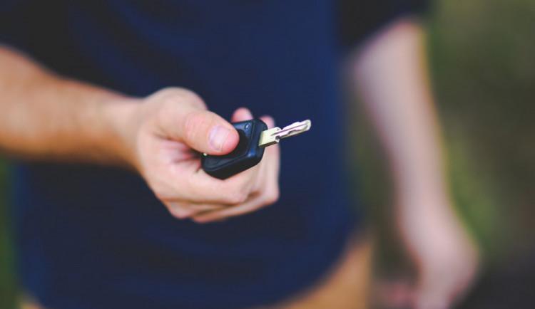 Zloděj chtěl ukradnout auto, nedokázal však vyjet z garáže