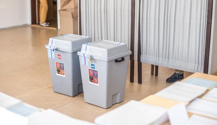 Začíná druhé kolo senátních voleb. V Brně se o mandát utká rektor univerzity a ředitel rozhlasu