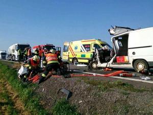 FOTO: Hrozivě vypadající nehoda uzavřela silnici na Znojmo. Hasiči vystříhávali ženu z auta