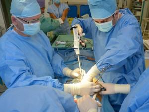 Lékaři v Brně zaznamenali mimořádný úspěch. Operovali muži nádor plic za pomoci mimotělního oběhu