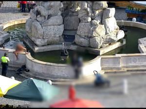 VIDEO: Opilý muž se koupal nahatý v kašně na Zelňáku. Pryč ho odvedl kamarád ze záchytky