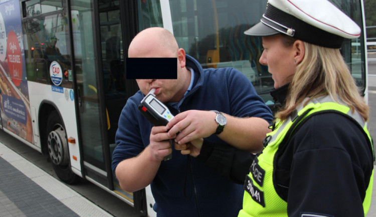 Policisté si vyšlápli na řidiče autobusů. Jeden nadýchal téměř dvě promile, vezl přitom deset lidí