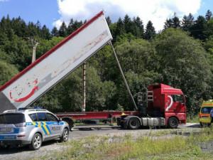 Řidič zapomněl sklopit korbu náklaďáku, strhl elektrické vedení, sloup i komín