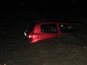FOTO: Zfetovaný řidič chtěl policistům uplavat. Jeho nezabržděné auto dojelo za ním do vody
