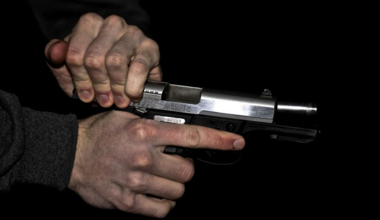 Namol opilý muž vyhrožoval pistolí své spolubydlící, policisté ho zpacifikovali