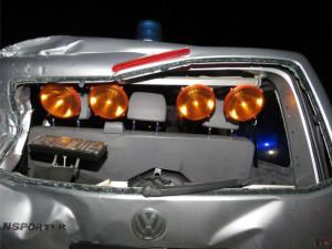 Řidič trefil policejní auto stojící u zásahu, pět lidí skončilo v nemocnici