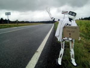 VIDEO: Robot Matylda vyrazil na cestu po republice autostopem. Jde  osvětový unikát