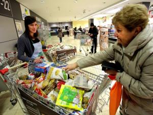 Lidé budou moci lidé v desítkách obchodů přispět do Národní potravinové sbírky