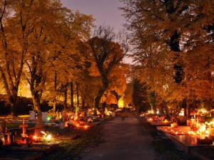 Lidé dnes uctívají památku zesnulých. Na Dušičky jsou brněnské hřbitovy otevřeny déle