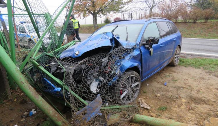 FOTO: Řidička nezvládla řízení, Octavii namotala do plotu. Dítěti v autě se naštěstí nic nestalo