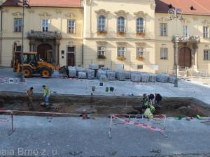 Na Dominikánském náměstí stála v minulosti románská věž, zjistili archeologové díky vykopávkám