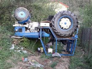 Při vytrhávání pařezů se na muže převrátil traktor, na místě zemřel