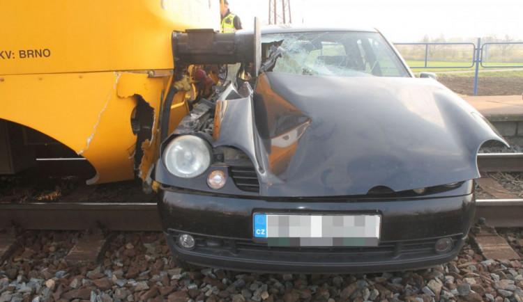 FOTO: Řidička ignorovala výstražná světla a vlétla pod osobní vlak. Je těžce zraněná
