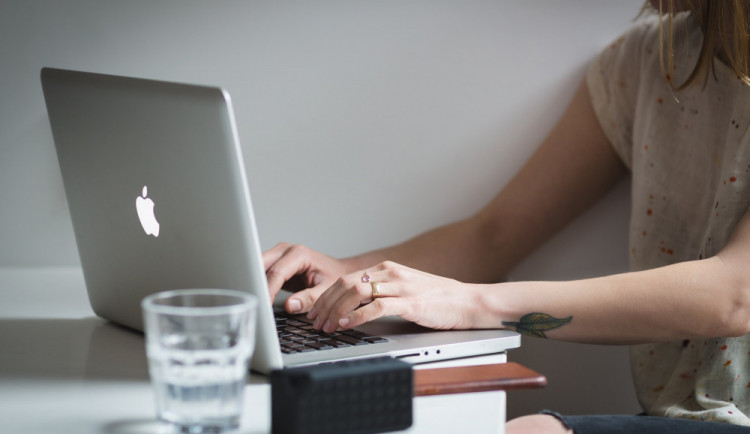 """Důvěřivá žena se na facebooku seznámila s """"brazilským lékařem"""". Poslala mu téměř čtvrt milionu"""