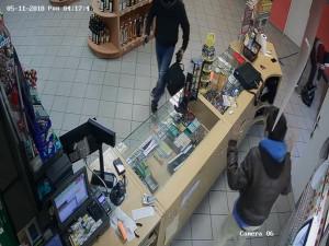 VIDEO: Zloději chtěli vykrást benzínku, prodavač na ně vyjel s koštětem. Nakonec ani nenastartovali motorku