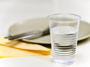 Brněnská VUT zruší jednorázové plastové kelímky v menzách